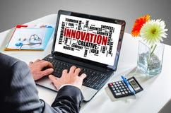 Concept de nuage de mot d'innovation sur un écran d'ordinateur portable Image stock
