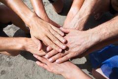 Concept de offrir ou de travail d'équipe, équipe recueillant des mains Images libres de droits