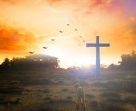 Concept de Pâques : Croix de silhouette sur le fond de coucher du soleil de montagne de calvaire Photos libres de droits