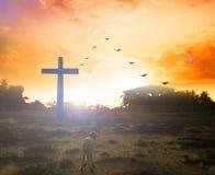 Concept de Pâques : Croix de silhouette sur le fond de coucher du soleil de montagne de calvaire Photo stock