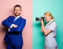 Concept de paparazzi Photosession pour la revue commerciale Homme d'affaires bel posant la caméra Projectile gentil Renommée et s images libres de droits