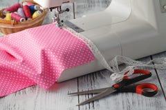Concept de passe-temps de loisirs, machine à coudre à la maison avec le polkadot rose Images libres de droits