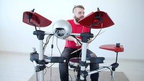 Concept de passe-temps et de musique Jeune homme ayant l'amusement jouant le tambour électronique Kit At Home clips vidéos