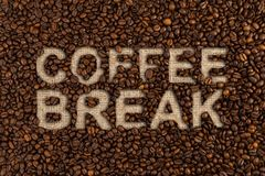 Concept de pause-café écrit sur des haricots photographie stock libre de droits