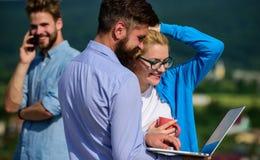 Concept de pause-café Associés rencontrant l'atmosphère non formelle Ordinateur portable d'écran d'attention de salaire de collèg photos stock