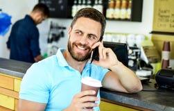 Concept de pause-café Le café emportent l'option pour les personnes occupées Fond mobile de barman de café de conversation d'homm photographie stock libre de droits