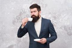 Concept de pause-café Style de mode d'hommes d'affaires Vêtements intelligents de style occasionnel pendant la vie de bureau Le m photos libres de droits