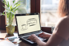 Concept de pause-café sur un écran d'ordinateur portable image stock
