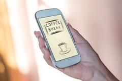 Concept de pause-café sur un smartphone photo libre de droits