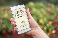 Concept de pause-café sur un smartphone images stock
