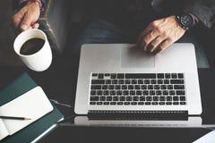 Concept de pensée d'Using Laptop Working d'homme d'affaires images stock