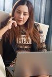 Concept de pensée fonctionnant de planification d'ordinateur portable asiatique de femme Image libre de droits