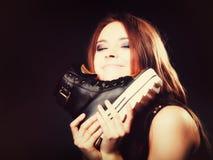 Concept de personnes - adolescente dans des chaussures de sport Image stock