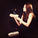 Concept de personnes - adolescente dans des chaussures de sport Photo libre de droits