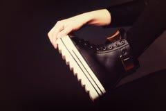 Concept de personnes - adolescente dans des chaussures de sport Photographie stock