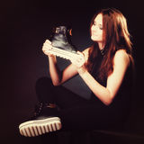 Concept de personnes - adolescente dans des chaussures de sport Photo stock