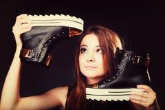 Concept de personnes - adolescente dans des chaussures de sport Images stock