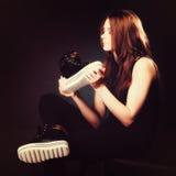 Concept de personnes - adolescente dans des chaussures de sport Photographie stock libre de droits