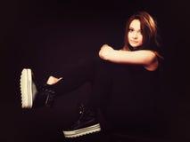 Concept de personnes - adolescente dans des chaussures de sport Photos stock