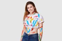 Concept de personnes, de créativité et d'art Le modèle femelle positif peint dans le studio avec watercolous, habillé dans le des photos libres de droits