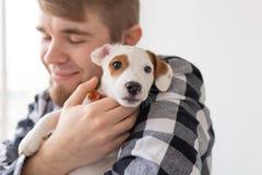 Concept de personnes, d'animaux familiers et d'animaux - fermez-vous du chiot de terrier de Russell de cric de participation de j image stock