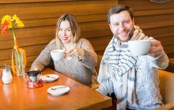Concept de personnes, de communication et de datation - thé potable de couples heureux au café ou au restaurant Image stock