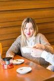 Concept de personnes, de communication et de datation - thé potable de couples heureux au café ou au restaurant Image libre de droits