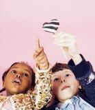 Concept de personnes de mode de vie : enfants divers de nation jouant ensemble, garçon caucasien avec la petite fille africaine t Photo libre de droits