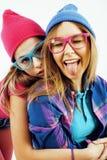 Concept de personnes de mode de vie : fille de l'adolescence du hippie moderne assez élégant deux ayant l'amusement ensemble, sel Photos stock