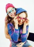 Concept de personnes de mode de vie : fille de l'adolescence du hippie moderne assez élégant deux ayant l'amusement ensemble, sel Photographie stock libre de droits