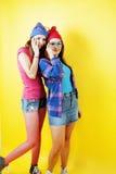 Concept de personnes de mode de vie : fille de l'adolescence du hippie moderne assez élégant deux ayant l'amusement ensemble, sel Photo libre de droits