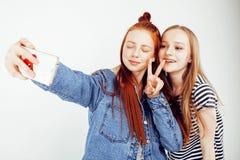 Concept de personnes de mode de vie : fille de l'adolescence du hippie moderne assez élégant deux ayant l'amusement ensemble, sel Image stock