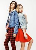 Concept de personnes de mode de vie : fille de l'adolescence du hippie moderne assez élégant deux ayant l'amusement ensemble, sel Photo stock