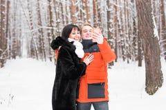 Concept de personnes, de saison, d'amour, de technologie et de loisirs - couple heureux prenant la photo avec le smartphone dessu Photographie stock libre de droits