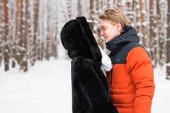 Concept de personnes, de saison, d'amour et de loisirs - couple heureux dehors en hiver Image libre de droits