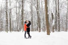 Concept de personnes, de saison, d'amour et de loisirs - couple heureux dehors en hiver Photos stock