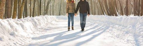 Concept de personnes, de saison, d'amour et de loisirs - couple heureux dehors en hiver Photo libre de droits