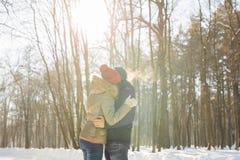 Concept de personnes, de saison, d'amour et de loisirs - couple heureux dehors en hiver Images stock