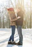 Concept de personnes, de saison, d'amour et de loisirs - couple heureux dehors en hiver Image stock
