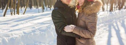 Concept de personnes, de saison, d'amour et de loisirs - couple heureux dehors en hiver Photo stock