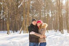 Concept de personnes, de saison, d'amour et de loisirs - couple heureux dehors en hiver Photographie stock libre de droits