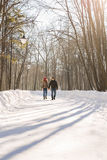 Concept de personnes, de saison, d'amour et de loisirs - couple heureux dehors en hiver Photos libres de droits