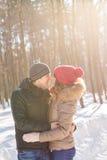 Concept de personnes, de saison, d'amour et de loisirs - couple heureux dehors en hiver Photographie stock