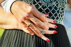Concept de personnes, de vacances, d'engagement et d'amour avec la bague à diamant Images libres de droits