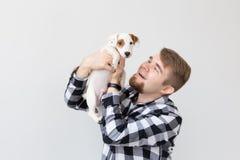 Concept de personnes et d'animal familier - fin vers le haut de portrait du chiot de terrier de Russell de cric se reposant sur l image stock