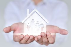 Concept de personnes, de famille, de charité et de soin, main de plan rapproché tenant la famille de quatre Image libre de droits