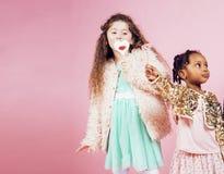 Concept de personnes de mode de vie : enfants divers de nation jouant ensemble, garçon caucasien avec la petite fille africaine t Image stock