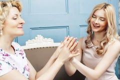 Concept de personnes de mode de vie : mère blonde mûre avec la fille adolescente à la maison ensemble photo stock