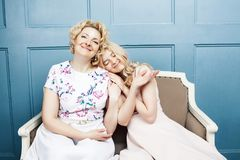 Concept de personnes de mode de vie : mère blonde mûre avec la fille adolescente à la maison ensemble photographie stock