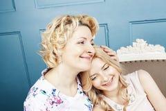 Concept de personnes de mode de vie : m?re blonde m?re avec la fille adolescente ? la maison ensemble images stock